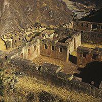 Poblado de Pisac (Calca) Cusco Conocido por su mercado artesanal y sitios arqueológicos incaicos entre los que se puede apreciar un sistema de irrigación, un observatorio astronómico, un reloj solar o Intiwatana y andenería. Horas: Durante el día. ubicación: 32 Km al noreste de la ciudad del Cusco (50 minutos en auto).