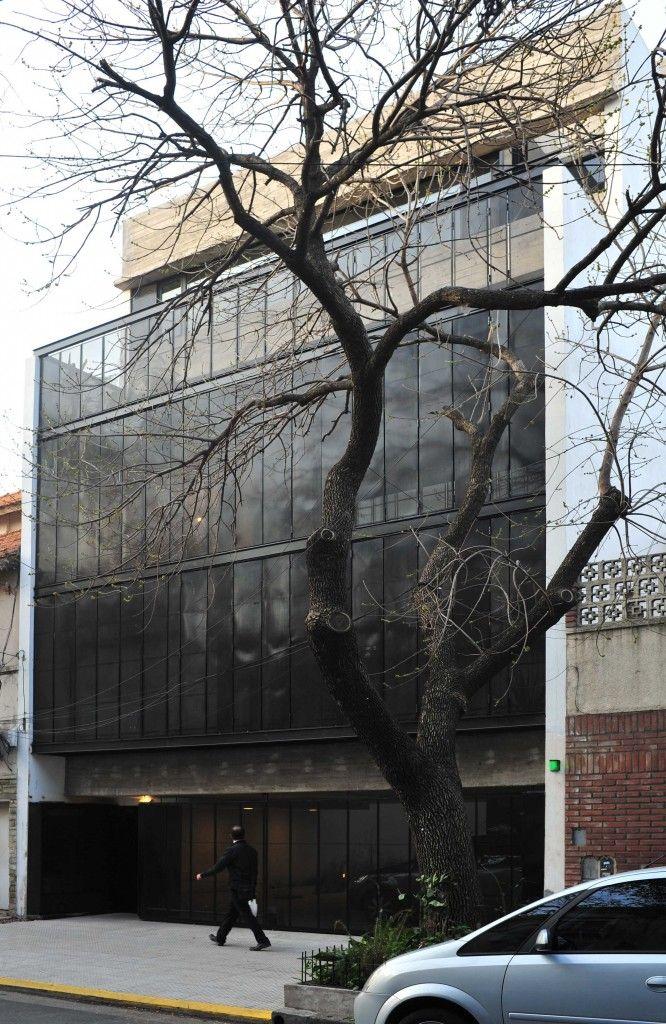 El edificio Giribone está implantado en un lote, entre medianeras, de 9 metros…