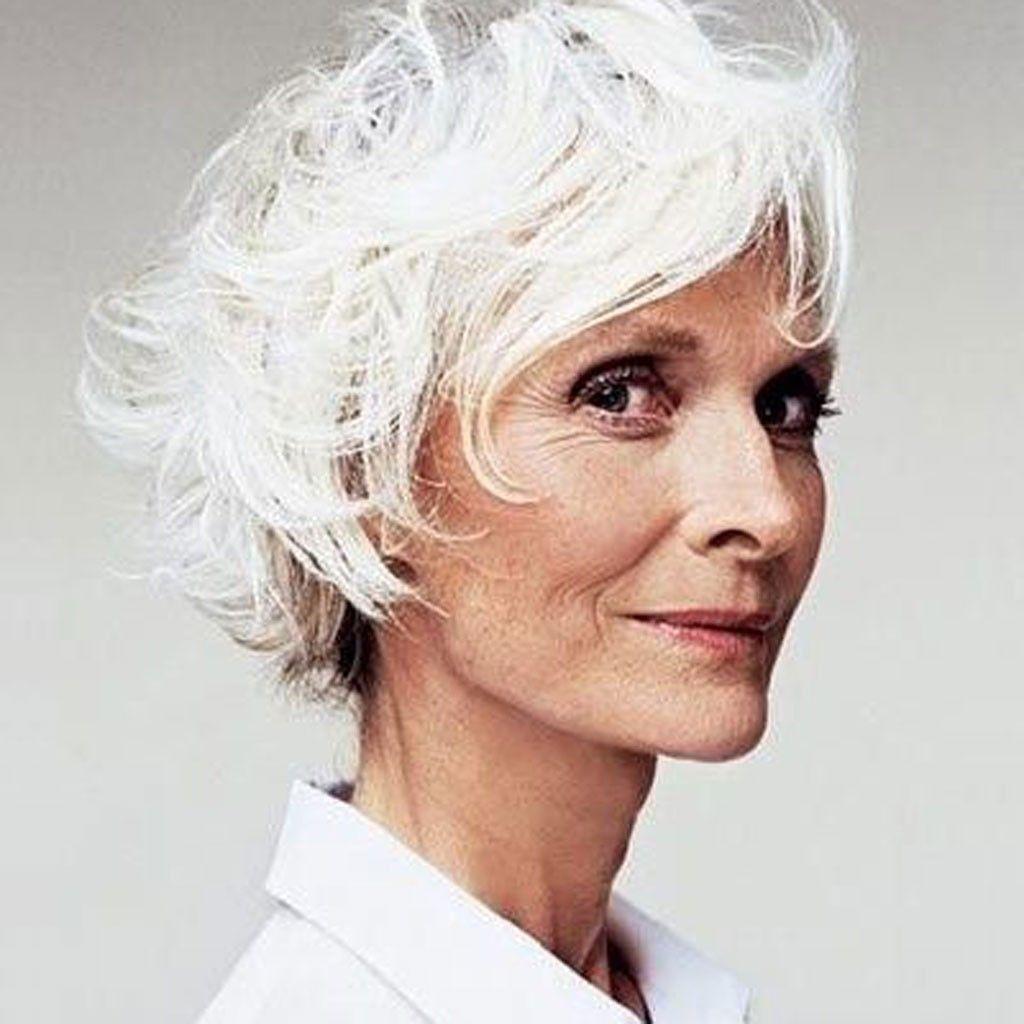 Cheveux blancs en coupe courte