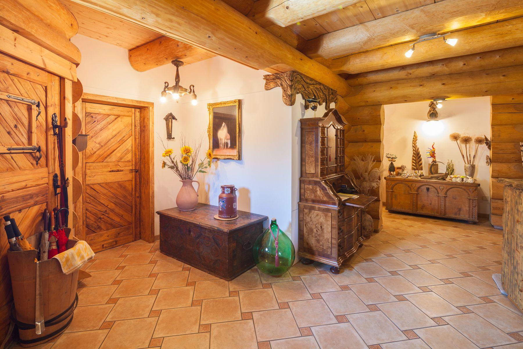 Ein traditionelles naturstammhaus blockhaus nach for Traditionelles tiroler haus