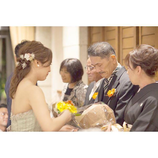 * wedding report*  最後の花束渡すところ.  最後の最後まで泣きっぱなしでした  #結婚式 #結婚式レポ#プレ花嫁卒業#卒花#花束贈呈#tgoo#結婚式ヘア#お色直し#カラードレス