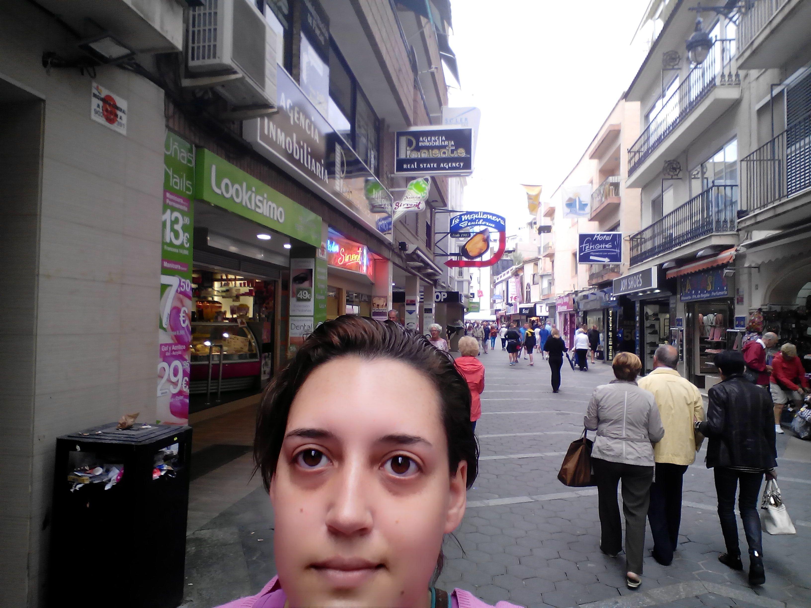 paseando por la famosa '' calle del coño'' de #benidorm