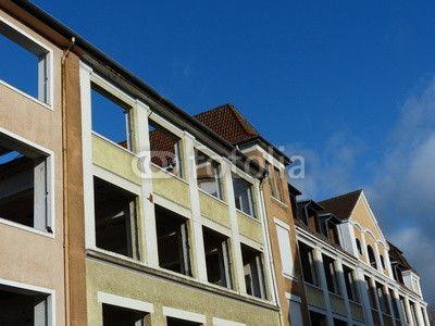 Häuserfront eines sanierungsbedürftigen Altbaukomplexes in Bielefeld im Teutoburger Wald in Ostwestfalen-Lippe