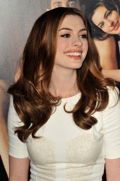 Anne Hathaways brunette, wavy hairstyle