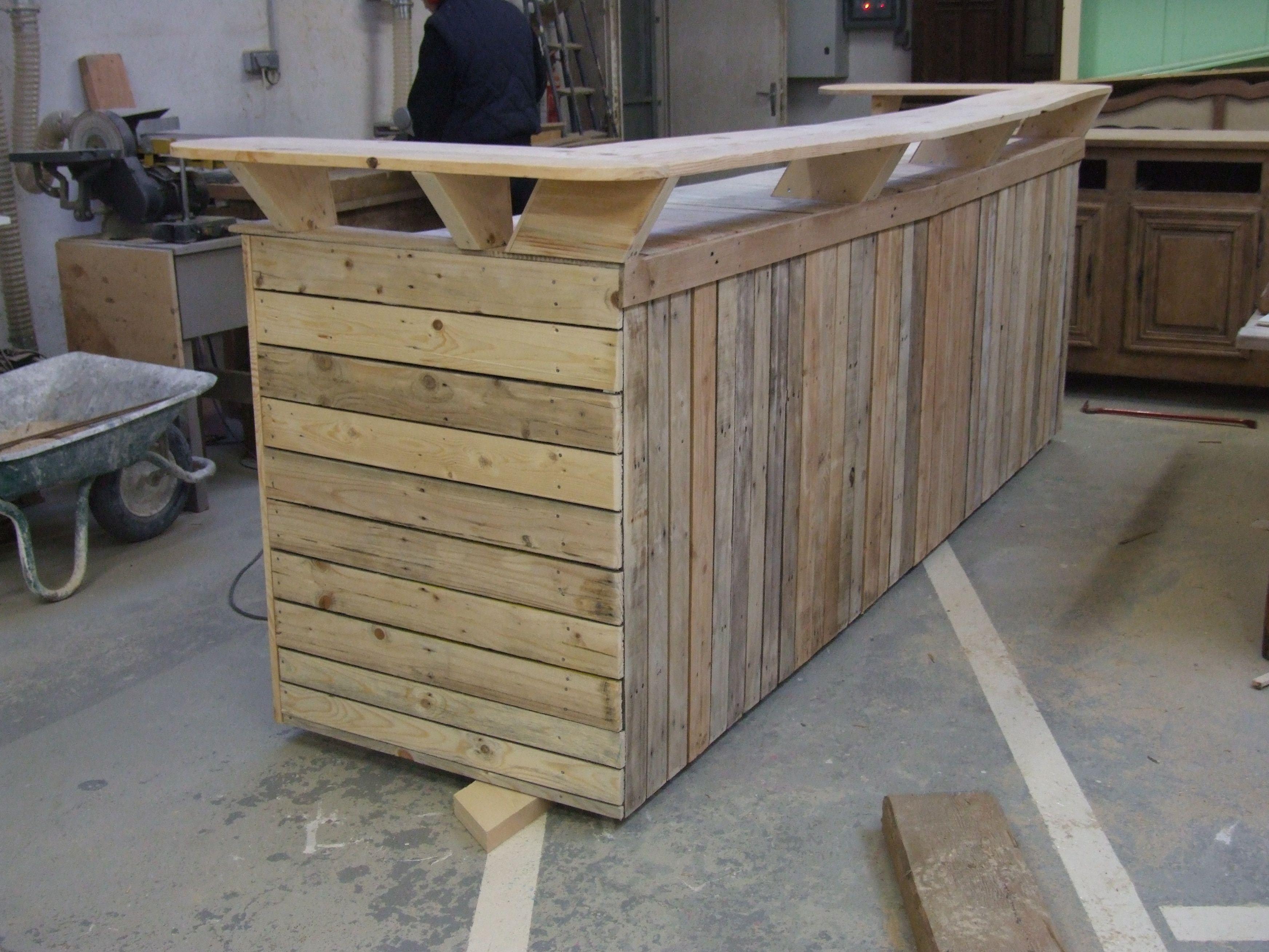 Barra de bar construida ntegramente en madera de palet en - Tarima para cocina ...