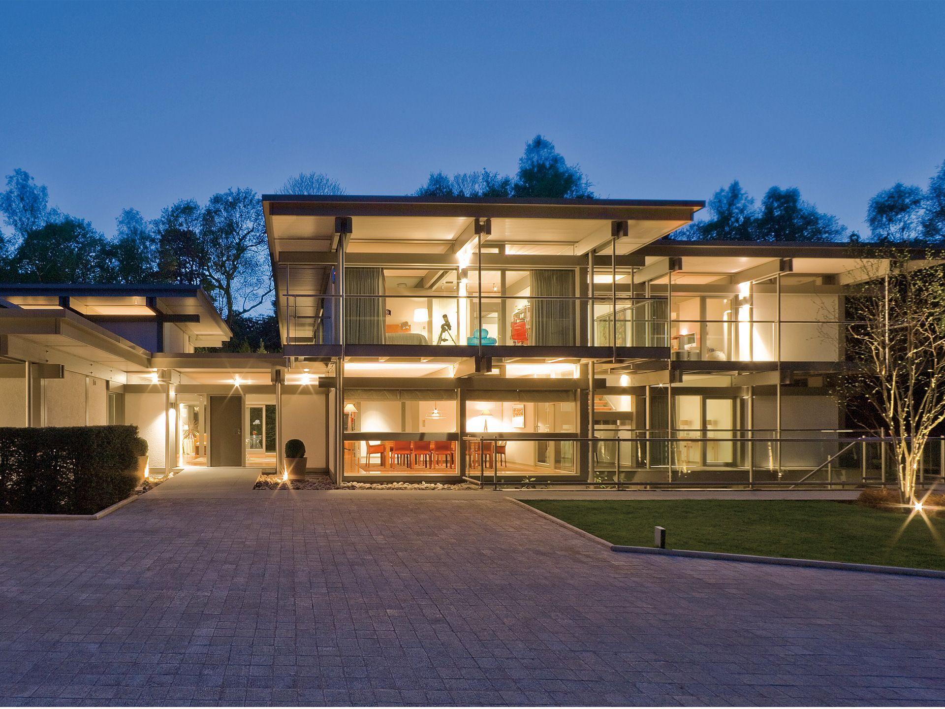 Moderne häuser mit innenpool  HUF Haus ART Sonder • Fachwerkhaus von HUF HAUS • Exklusives ...