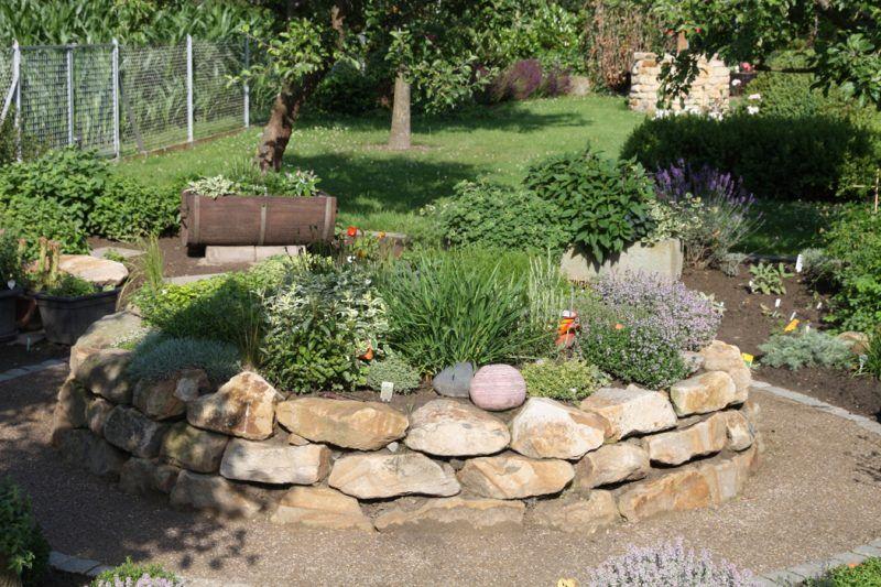 Krauterhochbeet 23 Erfrischende Beispiele Fur Einen Bio Garten Garten Gartenprodukte Biologischer Anbau