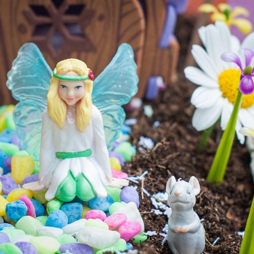 My Fairy Garden elfje Belle van de set 'Fairy Garden'.    Creëer je eigen magische sprookjestuin. Speel met elfjes, ontwikkel je creativiteit en leer alles over de natuur. Geschikt voor kinderen vanaf 4 jaar.   My Fairy Garden is een magisch nieuw product voor binnen én buiten waarmee kinderen hun eigen sprookjestuin kunnen creëren. Het stimuleert om buiten te spelen en de natuur te ontdekken. Tegelijkertijd stimuleert My Fairy Garden creativiteit en knutselen. MyFairyGarden