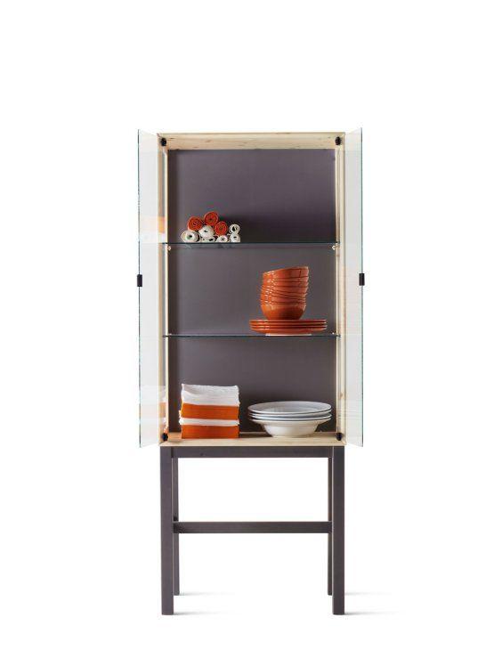 朱塗りの器の入ったシンプルな食器戸棚