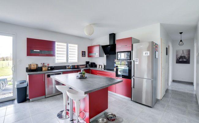 Une cuisine moderne avec ses éléments rouge et son plan de travail - Plan De Travail Cuisine Rouge