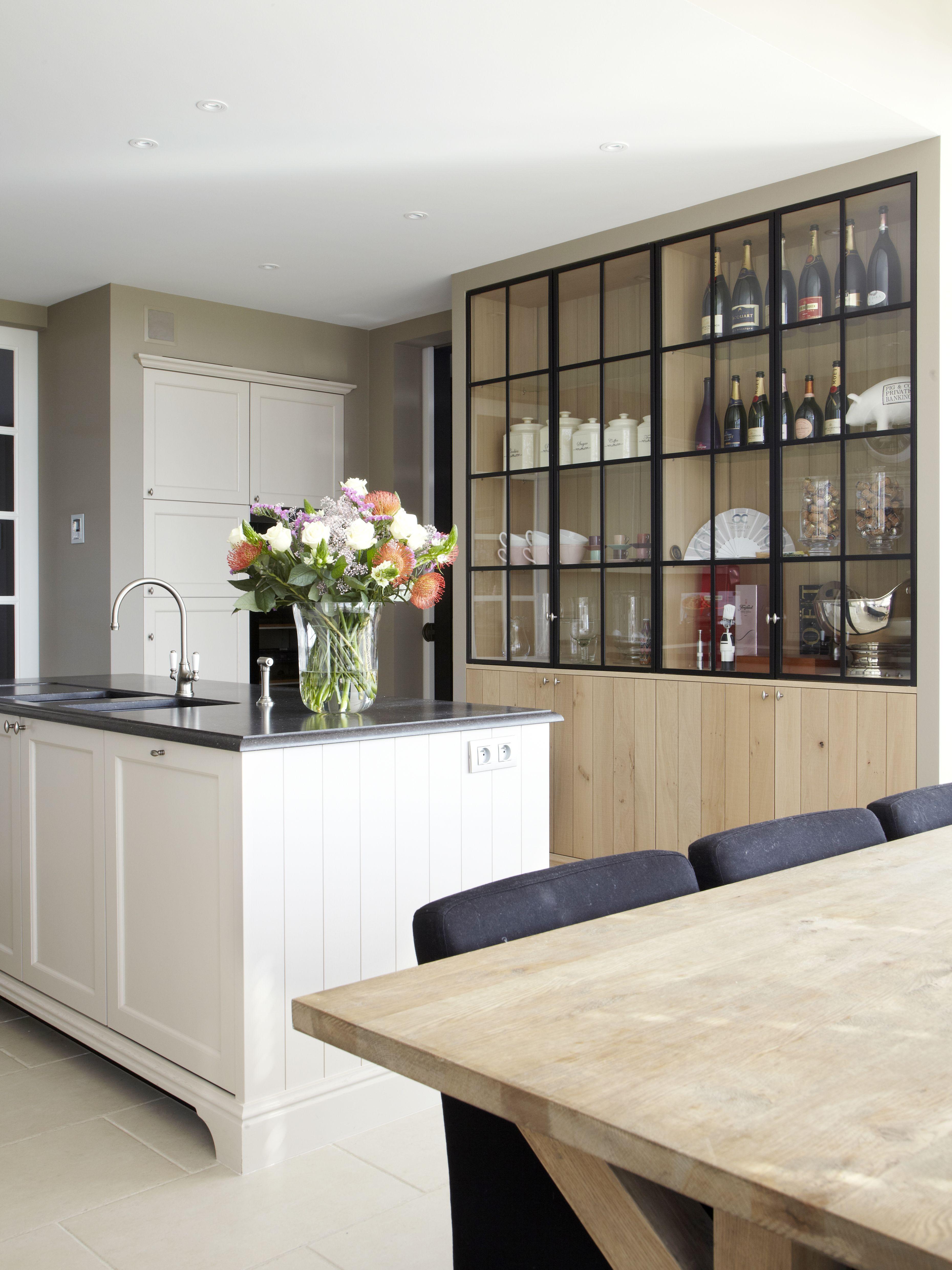 Landelijke Keuken In Massief Eik Gelakt En Massief Eiken Kast Met Staaldeurtjes Keuken Interieur Keuken Idee Keuken Inrichting