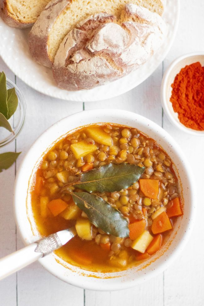 This Vegan Smoky Lentil Soup is an easy, healthy and beginner-friendly plant-based meal, that's great for lunch or dinner, even if you are calorie counting! | The Green Loot #vegan #veganrecipes #plantbased