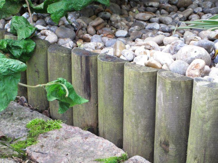 Bordure de jardin décorative en galets et bûches de bois