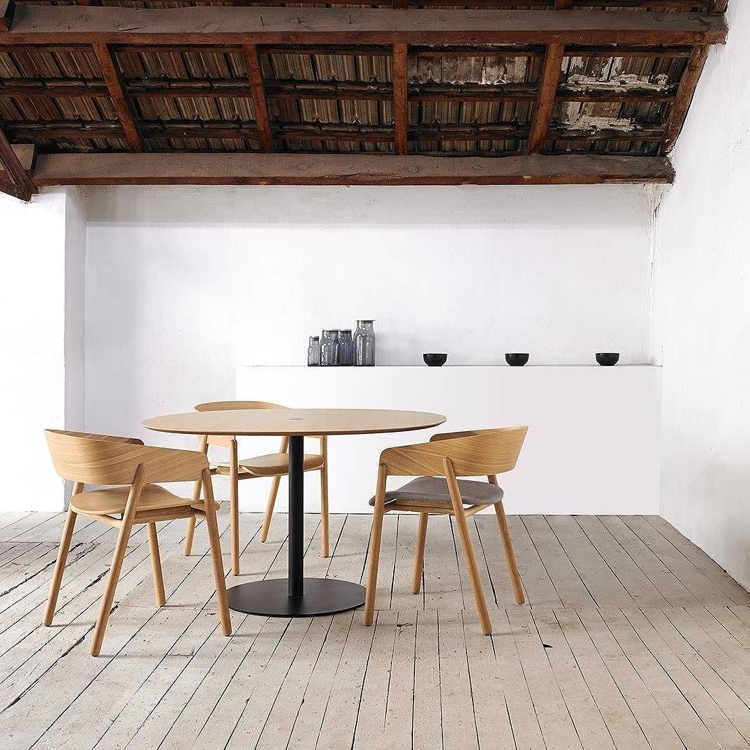 Der Moderne Puntmobles Mava Massivholzstuhl Mit Runder Rückenlehne Ist  Besonders Minimalistisch. #Designstuhl #Stuhl