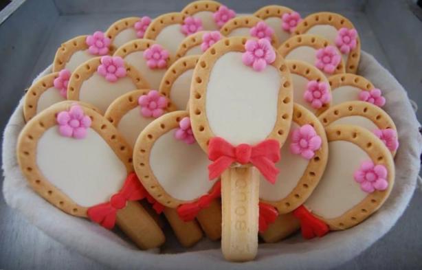 Spiegeltje van melkbiscuit als kindertraktatie Benodigdheden: Melkbiscuit Lange vingers Marsepein versiersel Om te bevestigen poedersuiker met een paar druppels water
