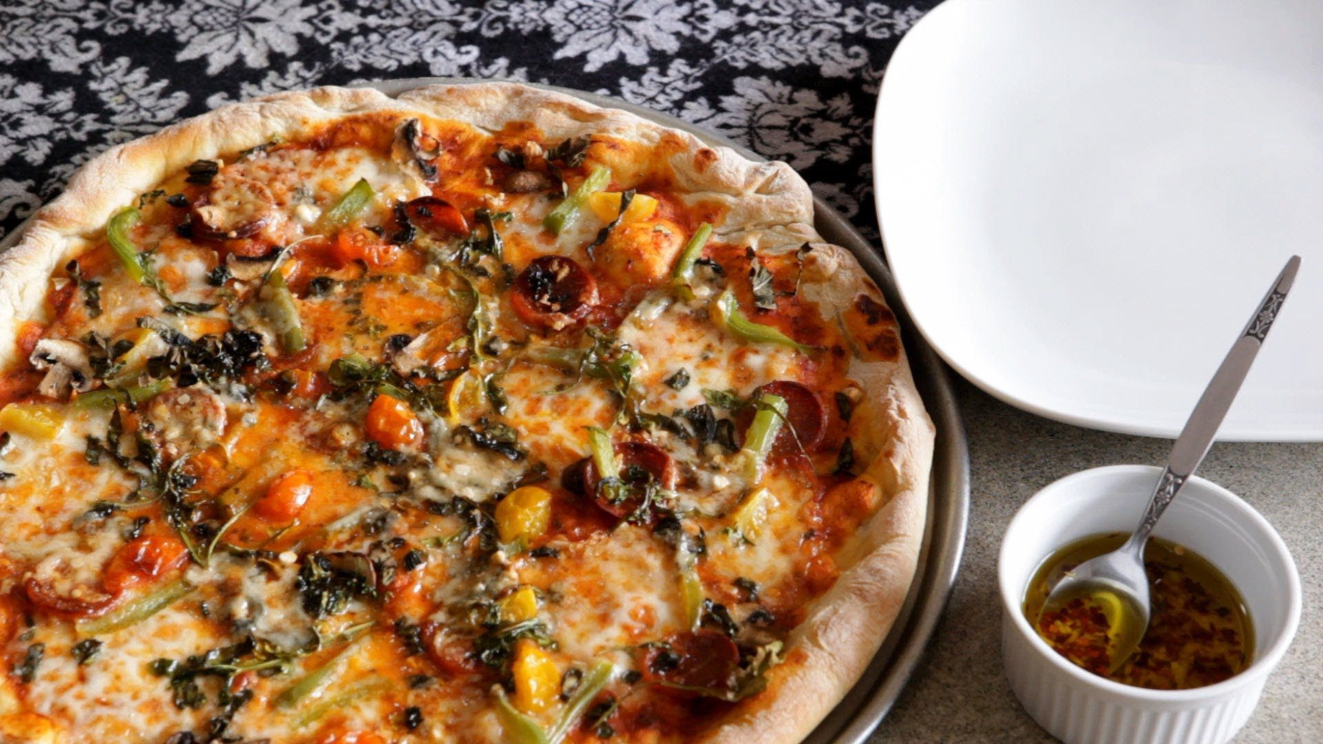 Rezept: Pizzateig - Allrecipes Deutschland, via YouTube.