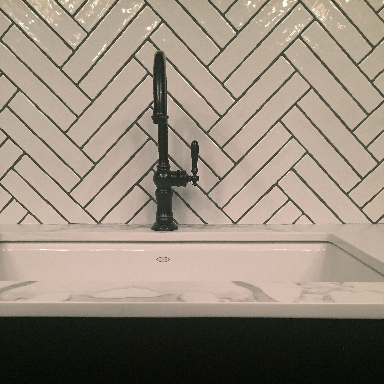 Faire Joint Faience Metro herringbone backsplash | deco salle de bain, wc decoration