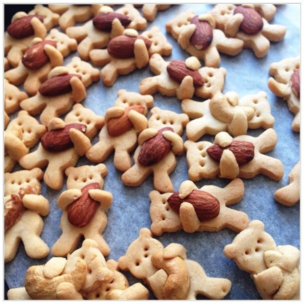 What a creative idea! They look so so yummy and simply adorable.  These photos are great enough to pass all information you want. I don't think anyone can resist the temptation to try them.  Ingredient: cinnamon powder potato starch*20g flour*110g salt beet sugar*40g honey*10g salad oil*30g Walnut or cashew or …