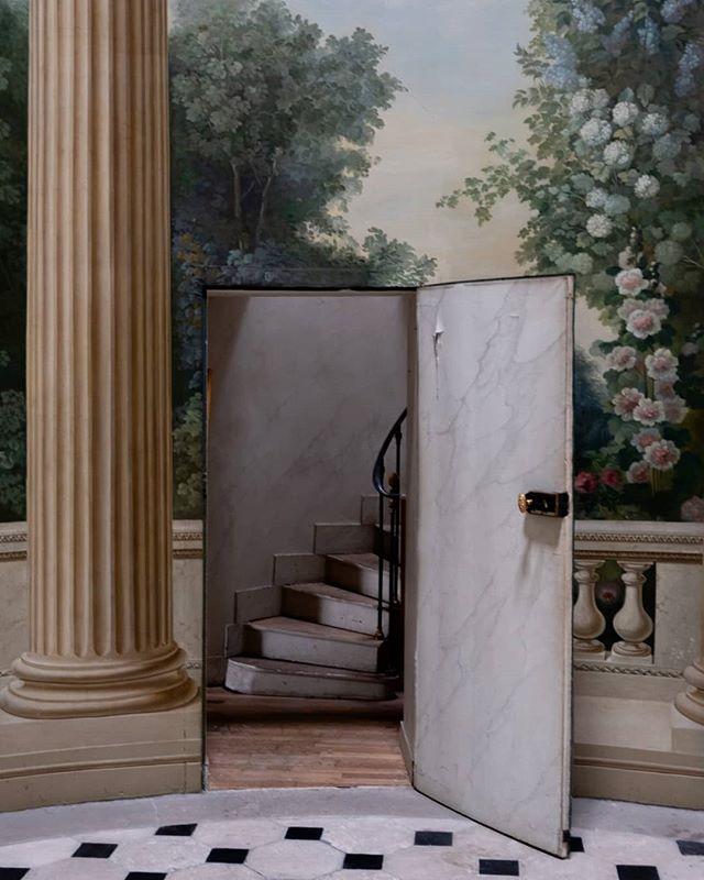 Porte dérobée dans la Pavillon de musique de la Comtesse de Provence 🏛️ - Le  pavillon est actuellement en vente chez @a… in 2020   Versailles, Hidden  door, Beautiful homes