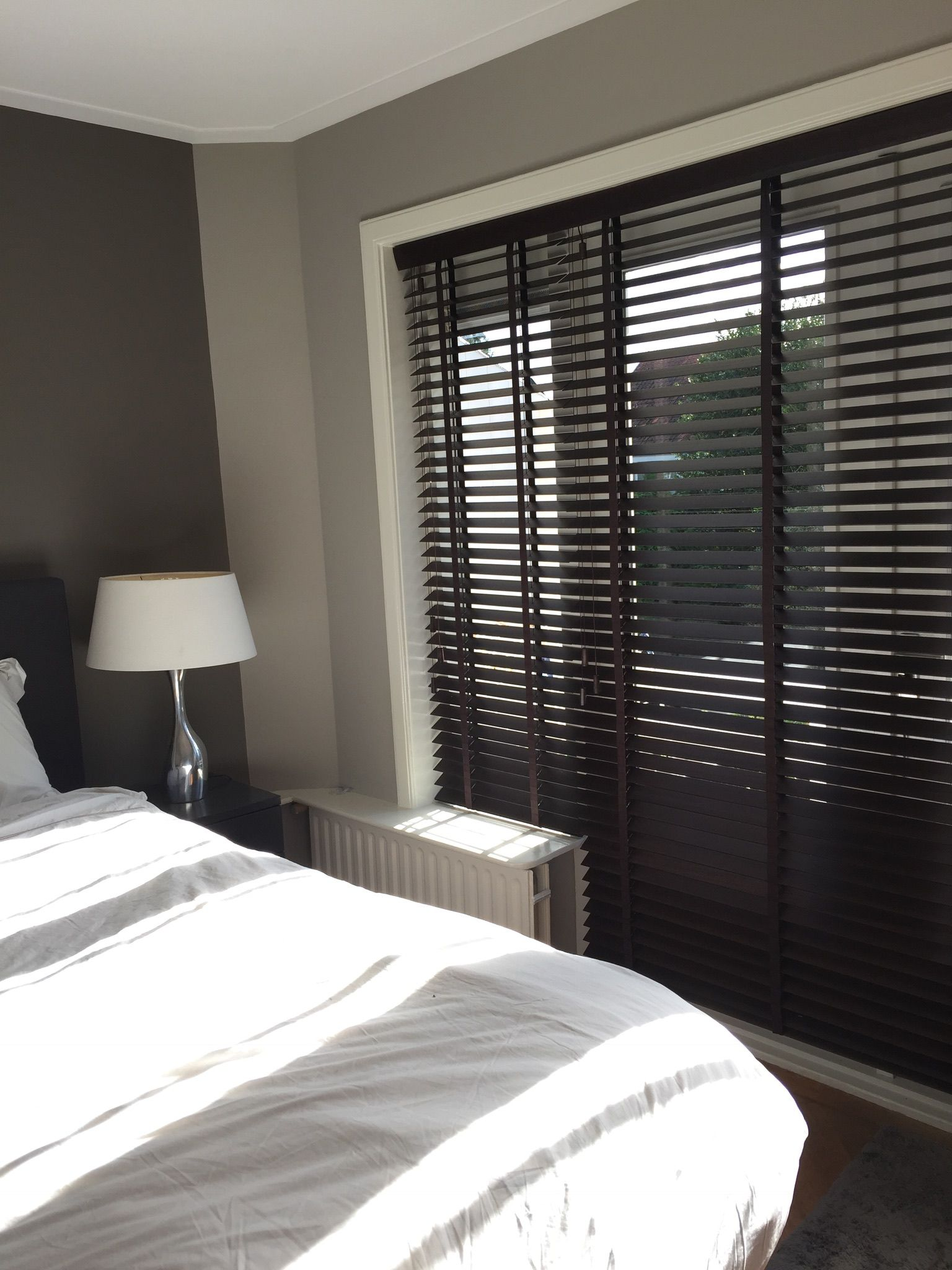 donker bruine houten jaloezien van inside voor de slaapkamer wwwde