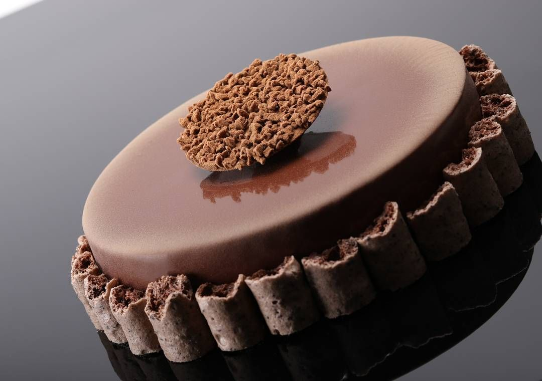 Concorde à ma façon : mousse chocolat noir intense pur Madagascar meringue grué de cacao. #chocolatier #chocolate #chocolates #gourmandise #like4like #meringue #yummy #cute #good #worldchampion #quentinbailly #cakedesign #instagood #instalike #chefofinstagram #krispykreme #wonderful by quentinbaillyofficiel