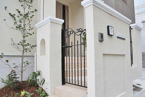 上品なモールディングの門柱壁とアイアン門扉 門柱 門周り 玄関