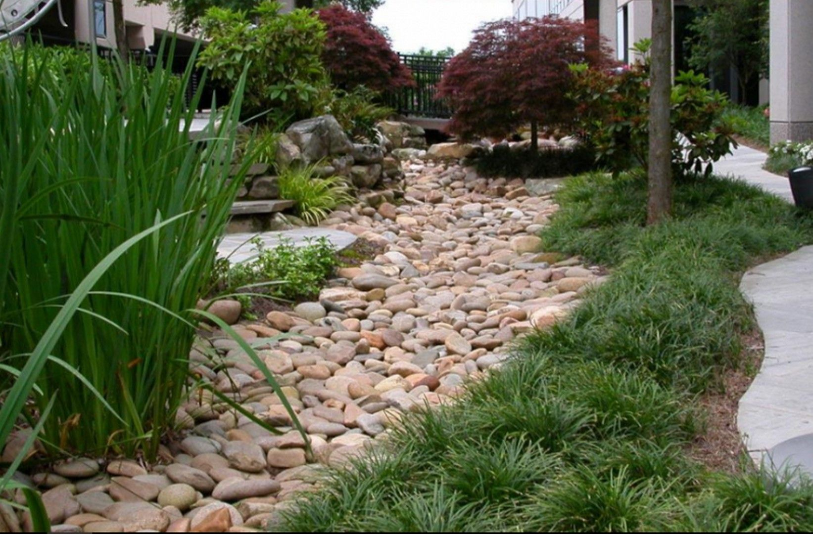 33 Landscaping Garden Ideas with River Rock #riverrocklandscaping stunning 33 Landscaping Garden Ideas with River Rock #riverrocklandscaping