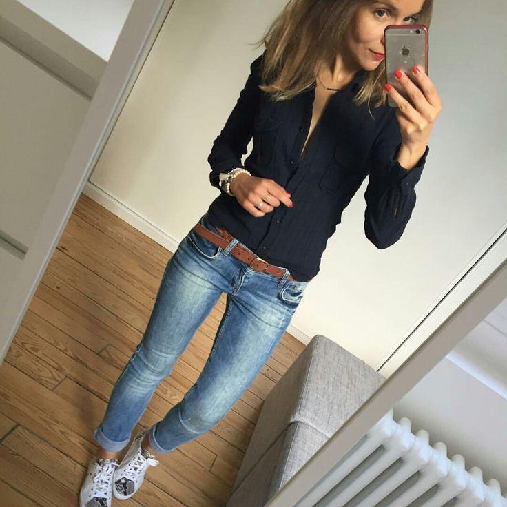 Schwarzes Hemd mit Knöpfen, Jeans und dicker brauner Gürtel
