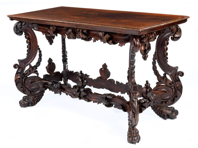 In massivem Nussholz geschnitzt und mit schöner, dunkler Alterspatina. Die längsrechteckige Tischplatte in Nussholz, eingefasst von Profilrahmung mit ...