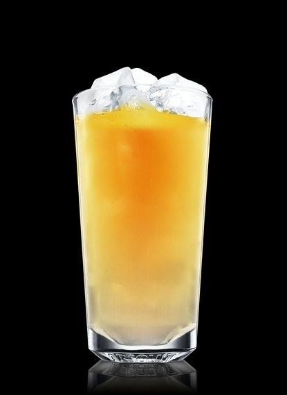es momento de festejar que el fin se acerca con un Absolut.   Ingredientes:  3 piezas de Absolut Vodka 1 pieza de Galliano (licor de hierbas) Jugo de naranja Hielos  Preparación:  -Llena un vaso con hielos, añade Absolut Vodka y completa con el jugo de naranja.  -Añade lentamente el Galliano para que quede flotando.