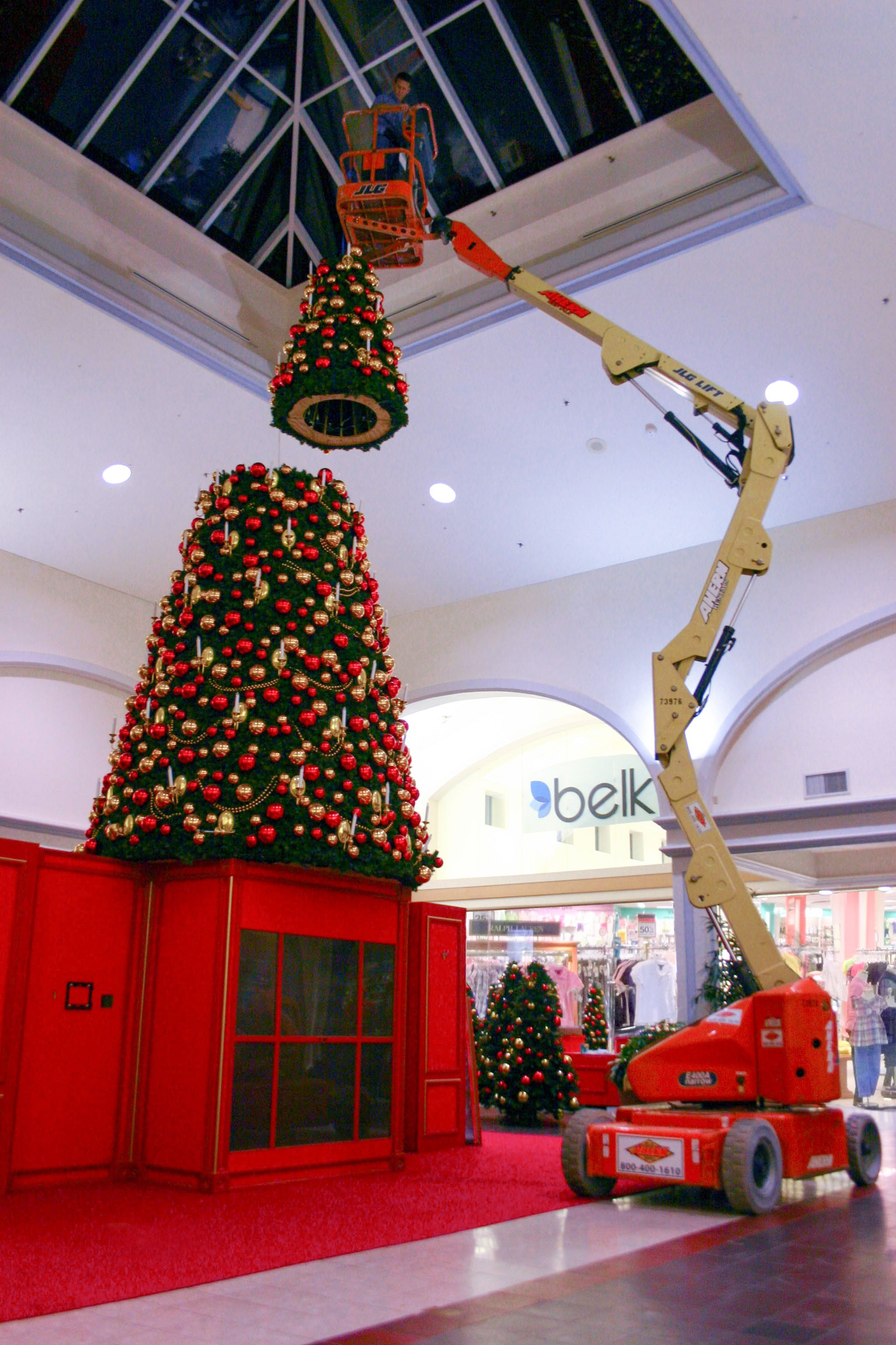 Putting The Top On The #Christmas Tree At Columbiana Mall