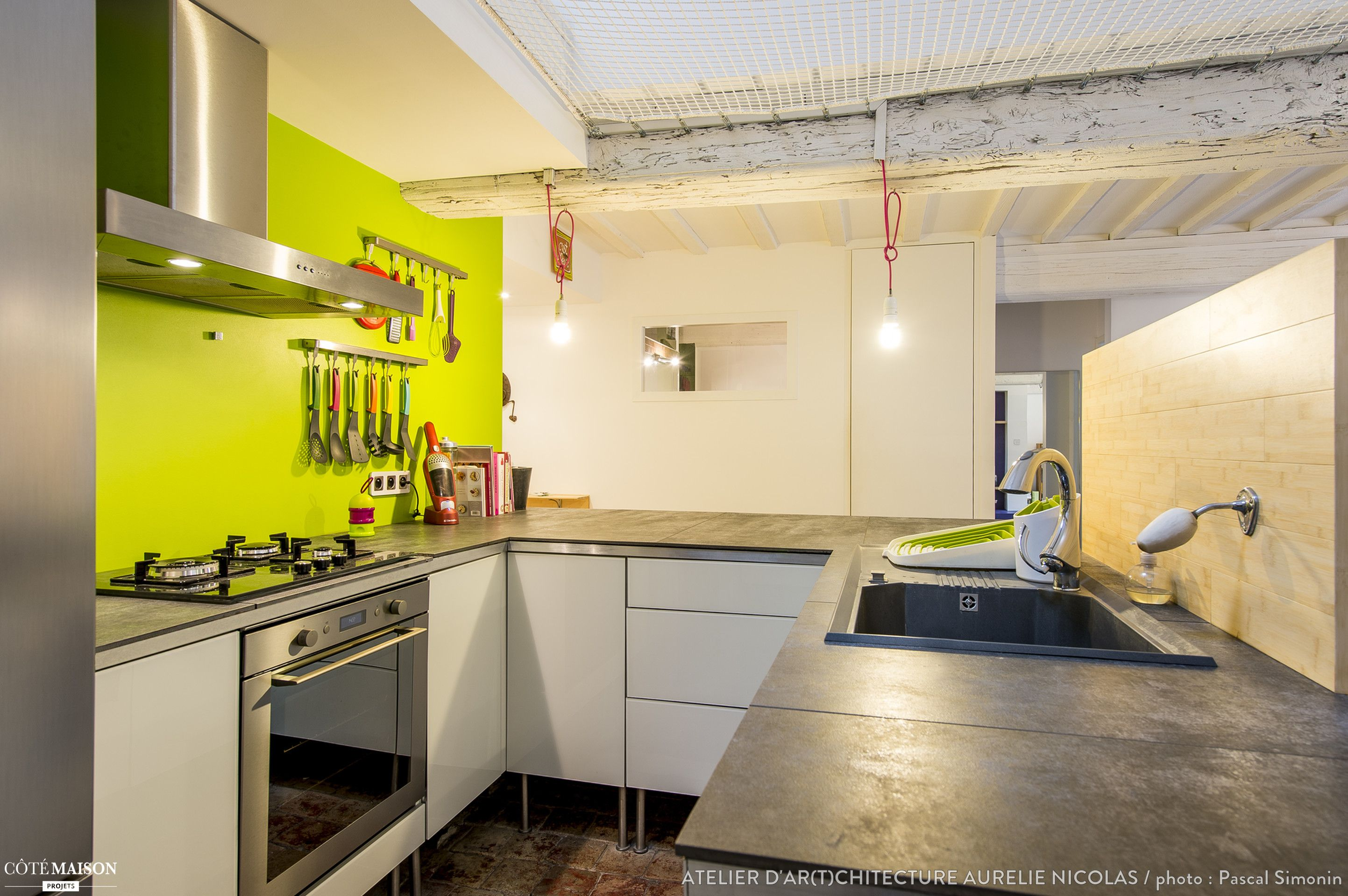 Meuble De Cuisine Vert Anis cuisine esprit industriel avec meubles blancs et couleur