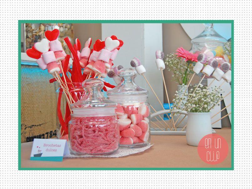 Brochetas y botes de caramelos para candy bar mesa de - Como decorar botes de cristal para chuches ...