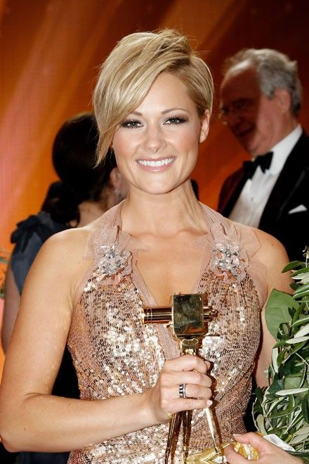 helene fischer mit einer schr g geschnittenen kurzhaarfrisur ihre sch nsten frisuren http. Black Bedroom Furniture Sets. Home Design Ideas