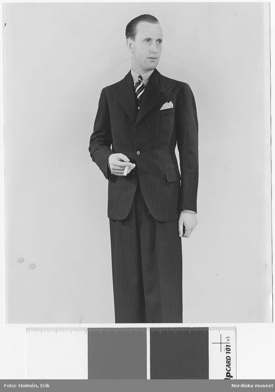 e21ea27a810c Herrkonfektion Kostymer på Nordiska Kompaniet 1934. Man iklädd smalrandig  skjorta, diagonalrandig slips samt kritstrecksrandig