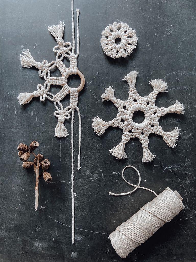 Statt weihnachtlichem Einheitsbrei zeigen wir euch, wie ihr mit wenig Aufwand angesagten Christbaum-Schmuck im Boho-Stil herstellt. Unsere Makramee-Sterne aus Baumwollgarnen sind nämlich ein absolutes Must-Have für deinen Weihnachtsbaum. Mache jetzt deine X-mas Deko selbst