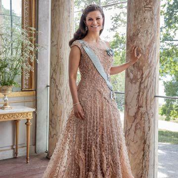 ¡Espectacular! Victoria de Suecia recupera el fabuloso vestido de su preboda 10 años después - Photo 1