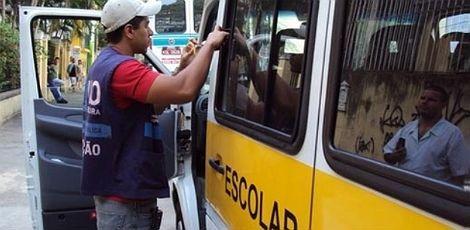 Recadastramento do transporte escolar no Recife começa nesta quarta    Quem for flagrado fazendo o transporte de estudantes sem estar inscrito pode pagar uma multa que varia de leve (R$88,64) a grave (258,33)  Começa nesta quarta-feira (9) o período de recadastramento do transporte escolar no Recife na Companhia de Trânsito e Transporte Urbano (CTTU). As vistorias serão realizadas por mais de um mês, até o dia 15 de fevereiro.  O atendimento será feito de segunda a sexta-feira, das 8h às…