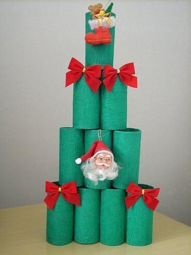 Árvore de Natal feita com rolos de papel