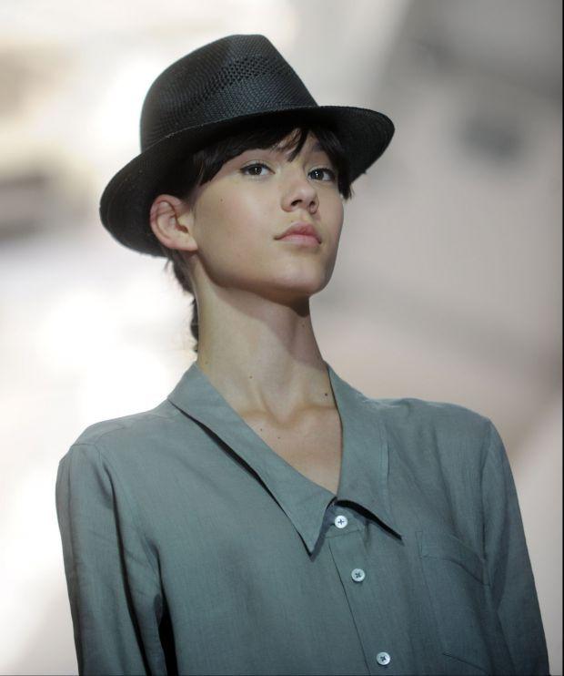 Margaret Howell desfilou um chapéu estilo panamá