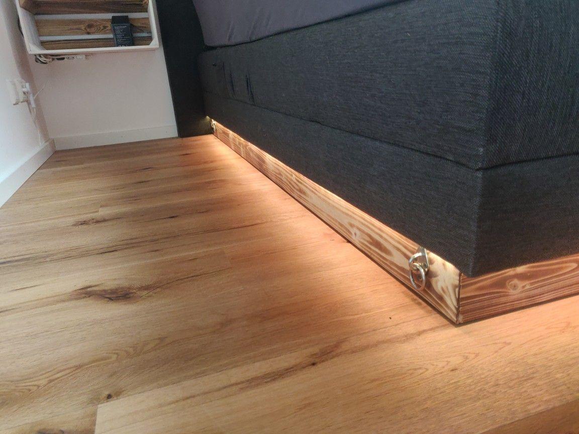Indirekte Beleuchtung unterm Bett, flammbierte Balken