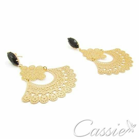 Brinco Leque Nero folheado a ouro com pedra acrílica preta na base.  ╔══════════   ═════════╗  #Cassie #semijoias #acessórios #moda #fashion #estilo #inspiração #tendências #trends #brincos #aneldefalange #love #pulseirismo #zircônias #folheado #dourado #colar #pulseiras #berloques #coroa #charms #maxibrinco #anellove # #❤ #