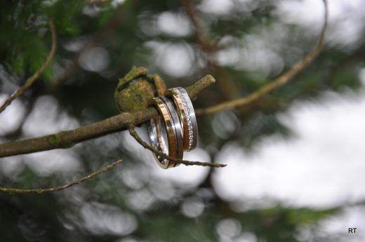 Rozenhof Trouwringen. Solide, bicolor trouwringen van wit- en geelgoud