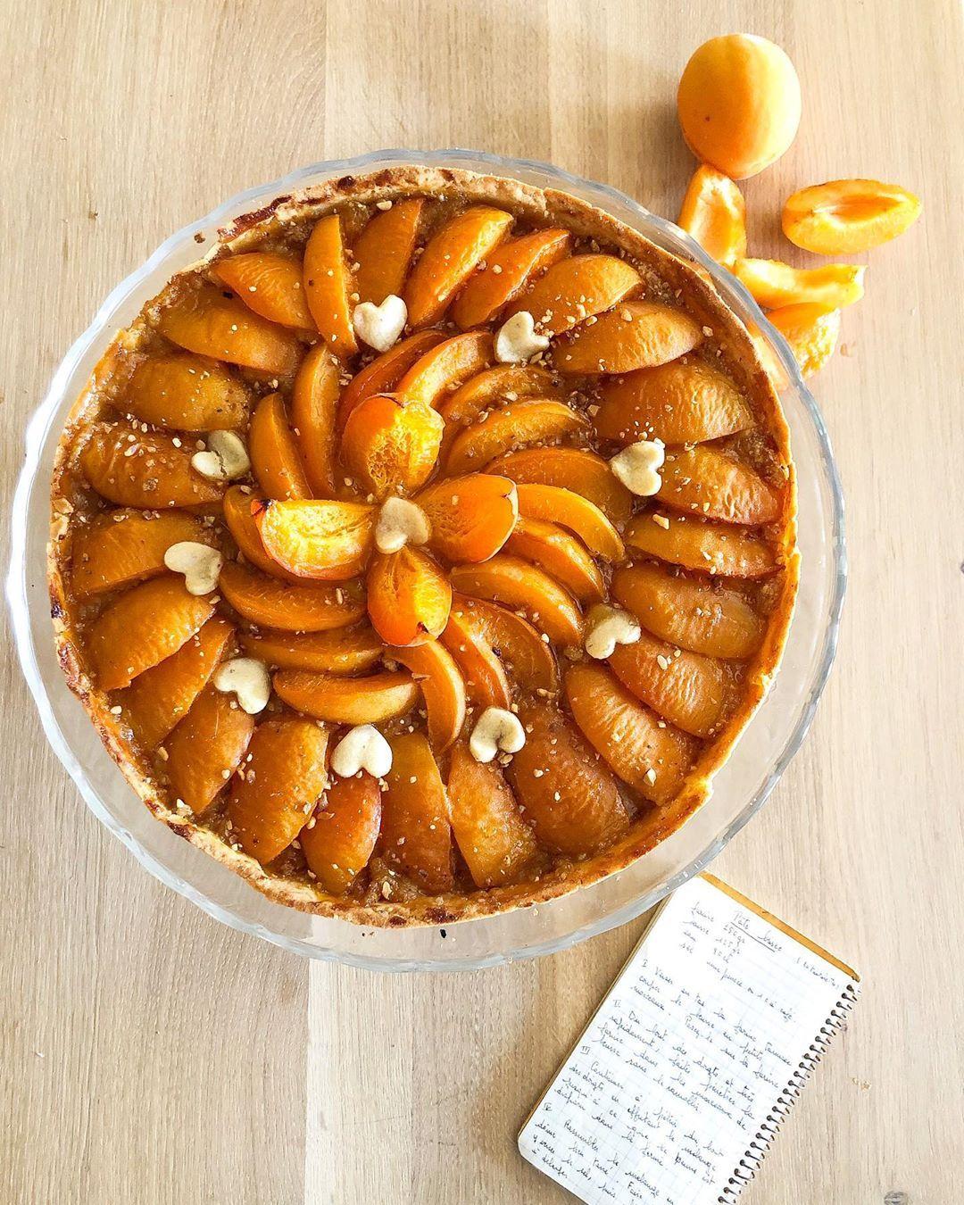 On profite des derniers abricots 🍑de l'année pour une nouvelle version ultra fondante de la tarte aux abricots du Valais 🍴swipe right pour la recette 🙌🏻 . . . %