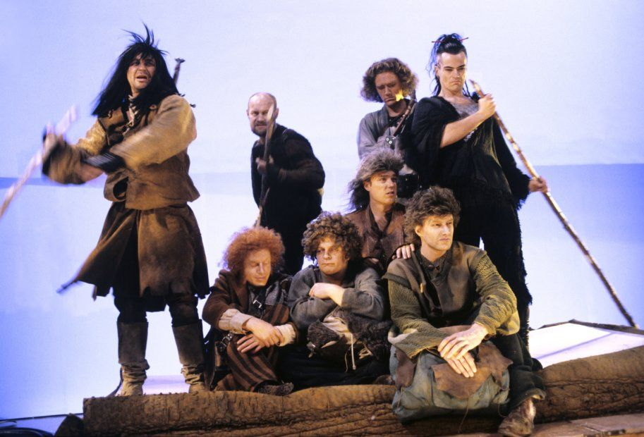 Ryhmäteatteri esitti vuosina 1988 ja 1989 Suomenlinnassa J. R. R. Tolkienin kirjaan perustuvan näytelmän Taru sormusten herrasta.