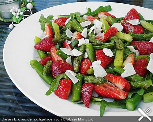 Grüner Spargel mit Erdbeeren, Rucola und Fruchtdressing ...