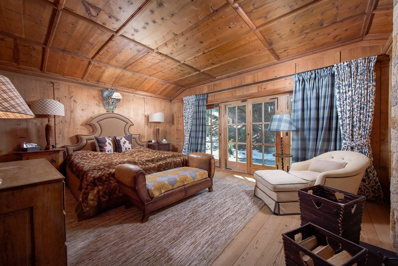 Auch Im #Schlafzimmer Sieht Man Die Liebe Zum Detail: Die Vertäfelte # Holzdecke Und Die Warmen Töne Der #Wohntextilien Strahlen Wärme Und  Gemütlichkeit Aus.