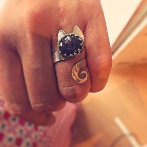 9a07d4ab889e Joya de autor con Rubi Star en anillo de plata de primera ley 925 ...