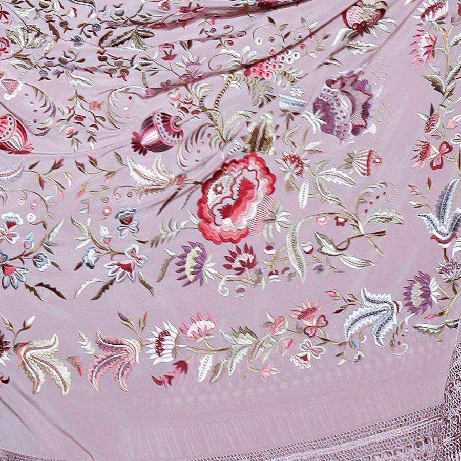Mantón de seda color malva bordado a mano en rosas  2ac8bd83359