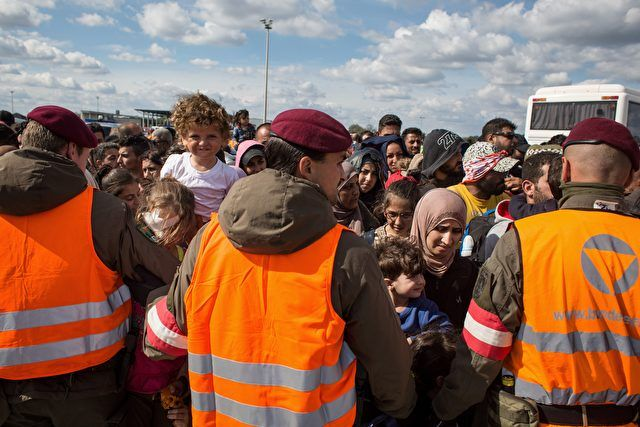 Seit Anfang 2017 seien in Niederösterreich an der Grenze zur Slowakei 299 illegale Einwanderer festgenommen worden, gibt Österreichs Verteidigungsminister bekannt. Im an Ungarn grenzenden Burgenland seien es nur 174 gewesen. Dort wird bereits stärker kontrolliert.